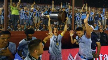 Pedro Geromel se torna terceiro zagueiro gremista a erguer taça da Libertadores