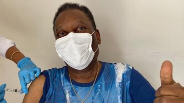 Pelé é vacinado contra Covid-19 aos 80 anos