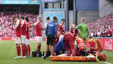 Jogador dinamarquês cai e recebe massagem cardíaca em campo
