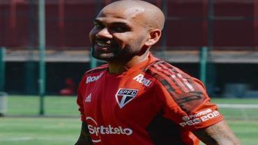 """""""Daniel Alves deveria ser modelo!"""", diz Silvio Luiz"""
