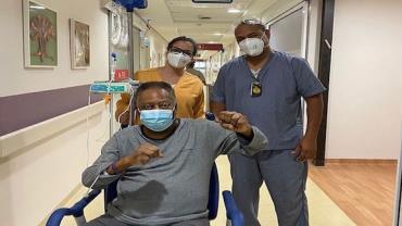 """Pelé divulga vídeo no hospital e diz """"estou cercado de carinho e de incentivos"""""""