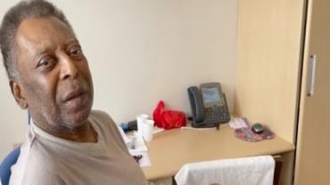 Internado após cirurgia, Pelé canta hino do Santos no hospital; veja vídeo