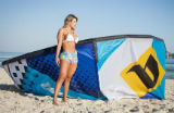 Ring girl do XFC inaugura campanha para pr�tica feminina de Kite Surf