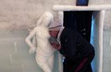 Turistas se divertem em hotel de gelo na Rom�nia
