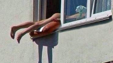 Mulher nua pega bronzeado em janela e causa acidente em Viena