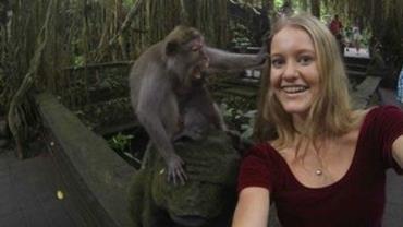 Turista tenta fazer selfie com macaco e quase é atacada