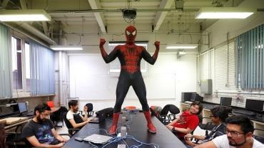 Professor vira Homem-Aranha para dar aulas em universidade