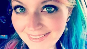 Enfermeira desabafa após ser criticada por ter cabelos coloridos