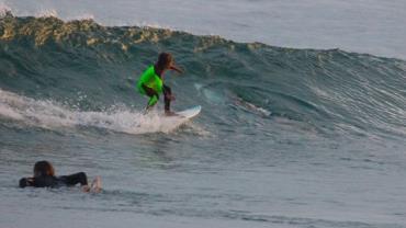 Pai flagra filho surfando ao lado de tubarão na Austrália