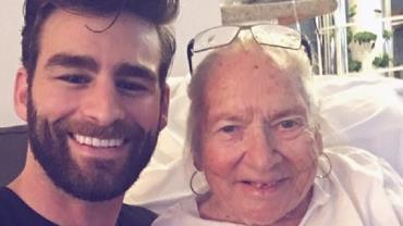 Ator convida vizinha idosa com câncer para morar com ele