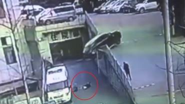 Mãe e filho quase são esmagados por carro na China