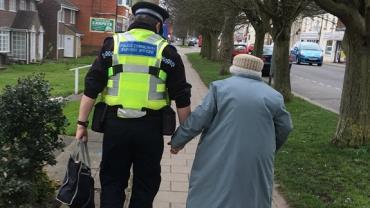 """Policial """"salva o dia"""" ao ajudar idosa a voltar para casa"""
