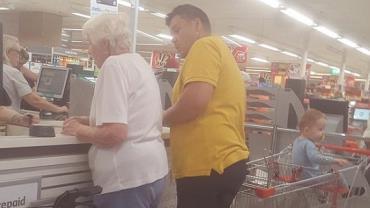 Homem paga compras de idosa após ela ter cartão recusado em mercado
