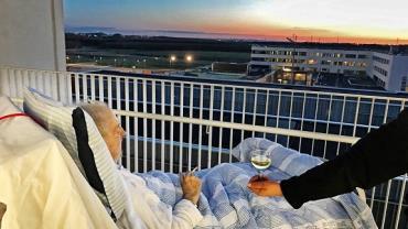 Hospital realiza último desejo de paciente: cigarro e taça de vinho
