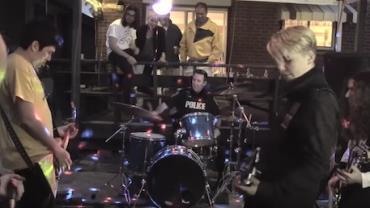 Policial invade festa após reclamação de barulho e acaba se juntando à banda