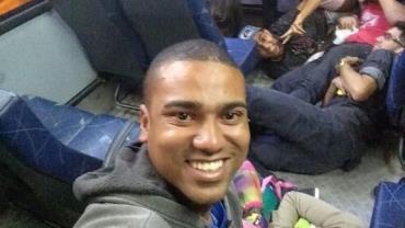 Jovens sorriem em selfie durante tiroteio no Rio e viralizam