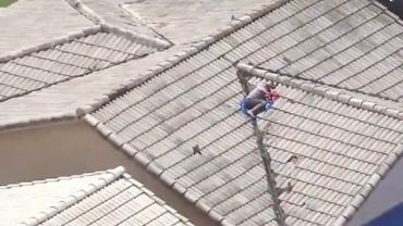 """Garoto """"desaparecido"""" mobiliza polícia e é encontrado no telhado de casa"""