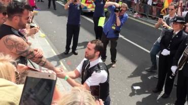 """Policial que pediu namorado em casamento durante Parada LGBT faz desabafo e revela: """"Sofri ameaças"""""""