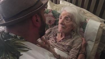 Homem emociona ao cantar para avó no aniversário de 98 anos