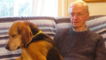 Aposentado morre esfaqueado ao levar cachorros para passear