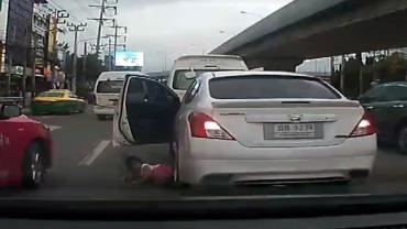 Criança quase é atropelada após cair de carro em movimento