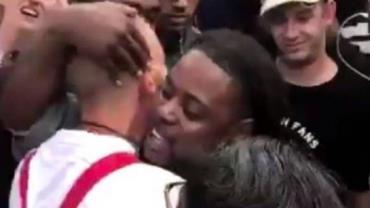"""Negro abraça neonazista durante protesto e pergunta: """"Por que você me odeia?"""""""