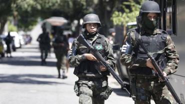 Polícias e Forças Armadas realizam operação na região da comunidade da Mangueira (RJ)