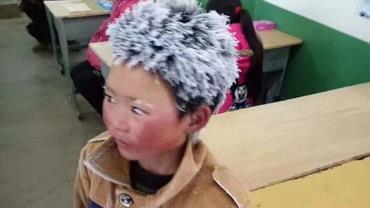 """Foto de  garoto """"congelado"""" na escola inspira campanha de doações"""