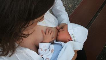 Após tratamento, mulher trans consegue amamentar bebê