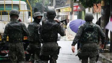 Forças Armadas passam a fazer ações diárias na Vila Kennedy, no Rio