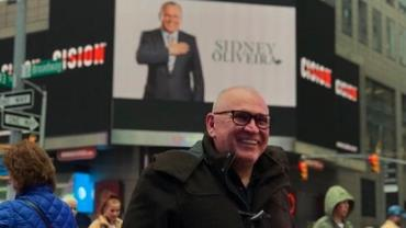 Sidney Oliveira estampa marca da Ultrafarma em outdoor na Times Square