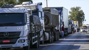 Caminhoneiros fecham rodovias do país em protesto contra preço do diesel