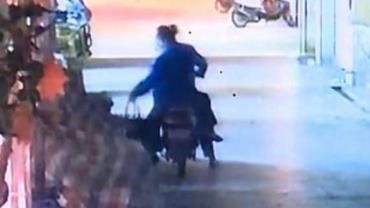 Casal é filmado abandonando filho recém-nascido em mercado na China