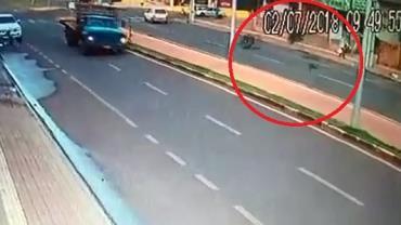 Idosa é atingida por pneu de caminhão em Toledo, no Paraná; veja o vídeo