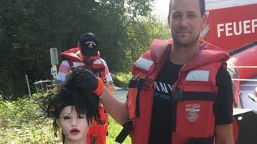 """Polícia vai investigar """"corpo boiando em rio"""" e encontra boneca inflável"""