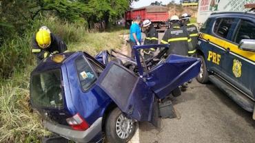 Carro fica retorcido em acidente com caminhão e moto na BR-381