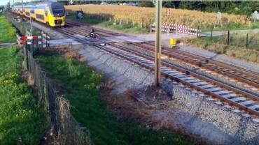 Ciclista quase é atropelado por trem na Holanda; veja vídeo