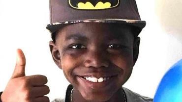 Menino de 8 anos vence luta contra câncer raro avançado e comemora