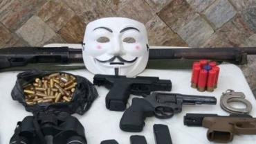 Suspeito de chefiar milícia preso no Rio escondia armas e munição em buraco na parede de casa
