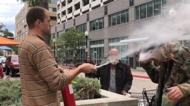 Homem ataca fumante e apaga cigarro com extintor de incêndio; vídeo