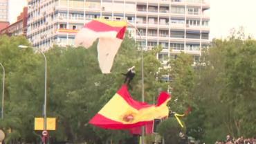 Paraquedista fica preso a poste em tentativa de pouso na Espanha; vídeo