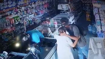 """Vídeo mostra ladrão beijando idosa durante roubo no Piauí: """"não quero seu dinheiro"""""""