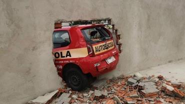 Aluna tenta fazer baliza em exame prático e derruba muro do Detran