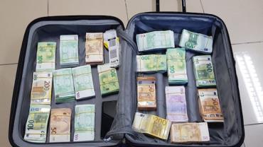 Homem é flagrado com 400 mil euros na mala, no Aeroporto do Recife