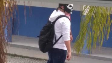 Adolescente mascarado dispara rojões e causa pânico em escola de Itajaí (SC)