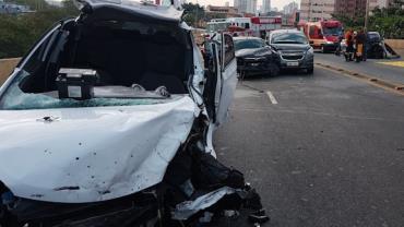 Motorista perde o controle do carro e bate em veículos no Viaduto Alberto Badra, zona leste de SP