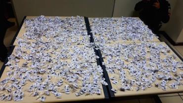 Operação 'Caneta Azul' apreende 1.490 cápsulas de cocaína dentro de saco de ração no RJ