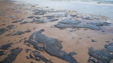 Outros 4 navios gregos são investigados por vazamento de óleo no Nordeste
