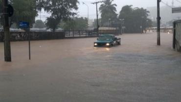 Fortes chuvas provocam alagamentos e deslizamentos em Salvador