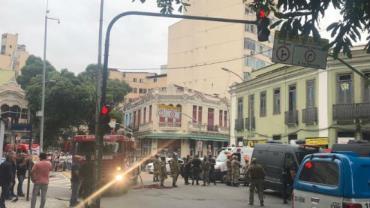 Homem armado faz reféns em bar na Lapa, no Centro do Rio